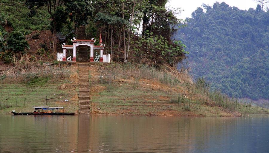 """Đền Pác Tạ nằm ở vị trí đắc địa """"tựa sơn hướng thủy"""""""