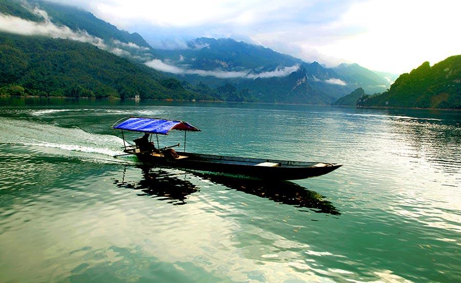 Du khách ngồi thuyền để khám phá hồ và chiêm ngưỡng cảnh sắc xung quanh