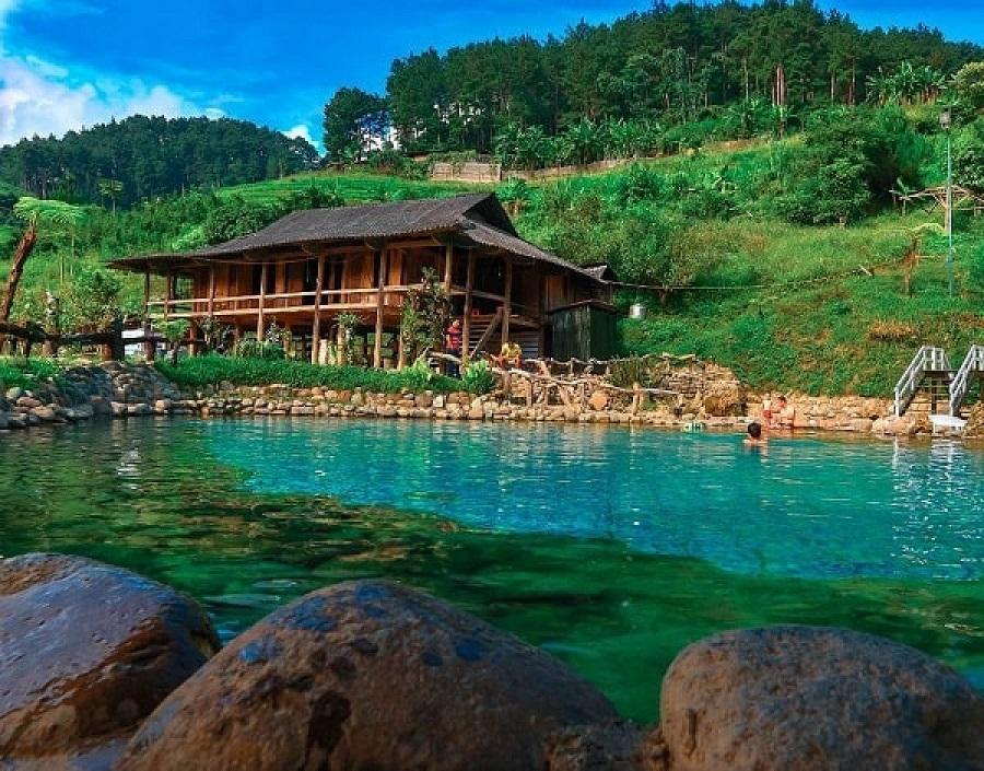 Bể bơi nước nóng tại homestay Trạm Tấu thu hút du khách