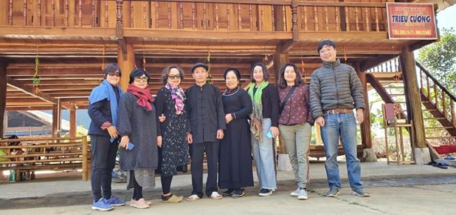 Khách du lịch chụp ảnh tại homestay Triệu Cường