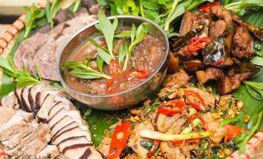 lợn đen kẹp cây rừng nướng dùng chung với nhiều loại rau rừng để kích thích vị giác