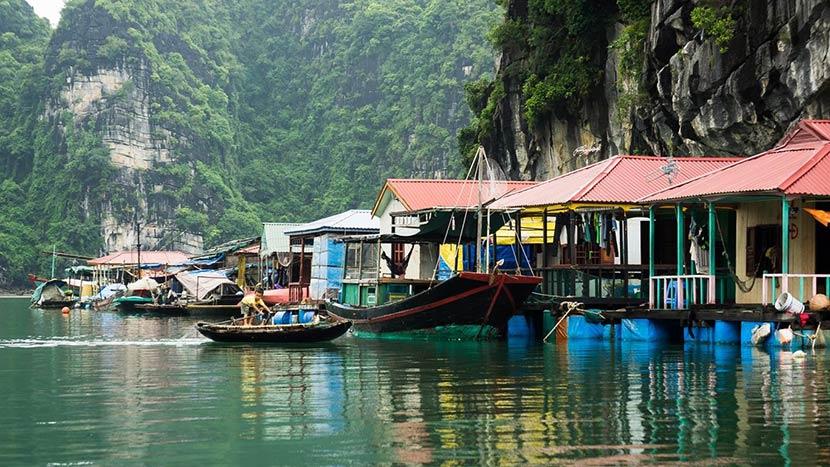 Làng chài Cửa Vạn là địa điểm thu hút khách du lịch khi đến Hạ Long