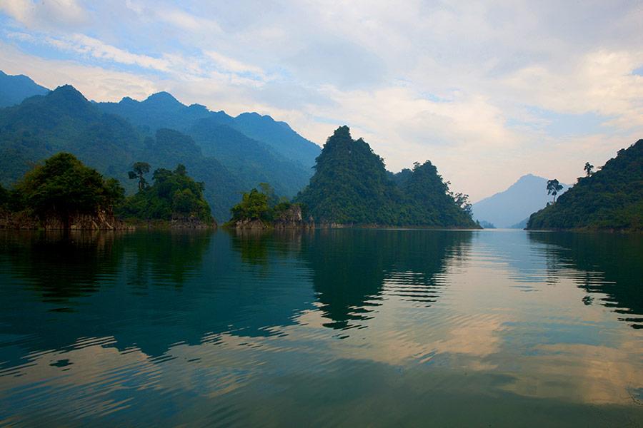 Cảnh sắc thiên nhiên trùng điệp của lòng hồ Na Hang