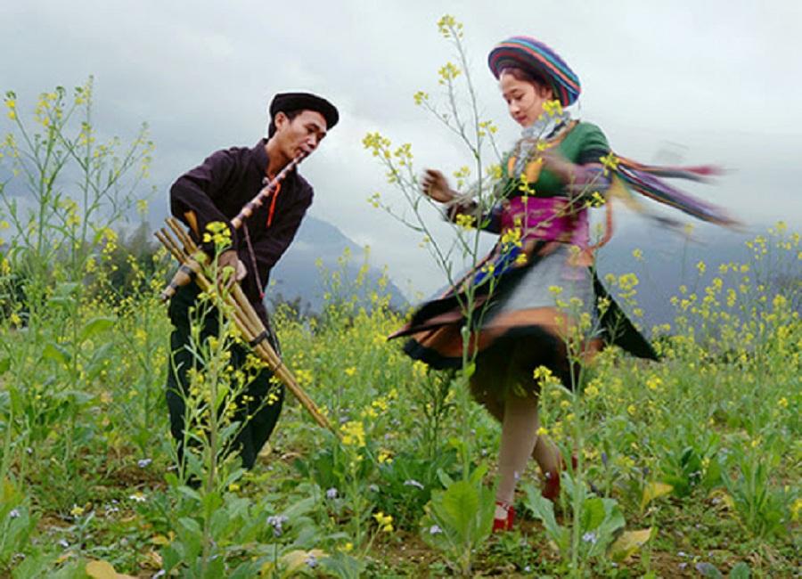 múa khèn Mông, múa khăn theo cặp nam nữ trong thời gian từ 8 – 10 phút