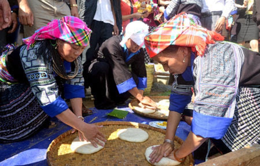 những người phụ nữ Mông khéo léo nặn bánh dày cho thật đẹp
