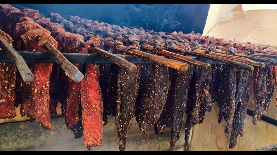 Nhiều du khách mua thịt trâu gác bếp Na Hang về làm quà