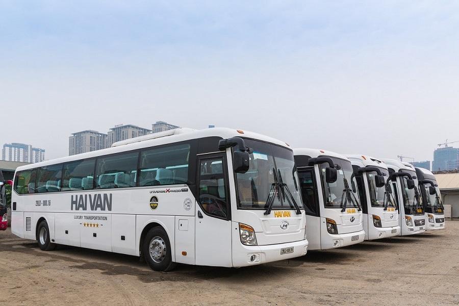 Nhiều du khách di chuyển đến Na Hang bằng xe khách