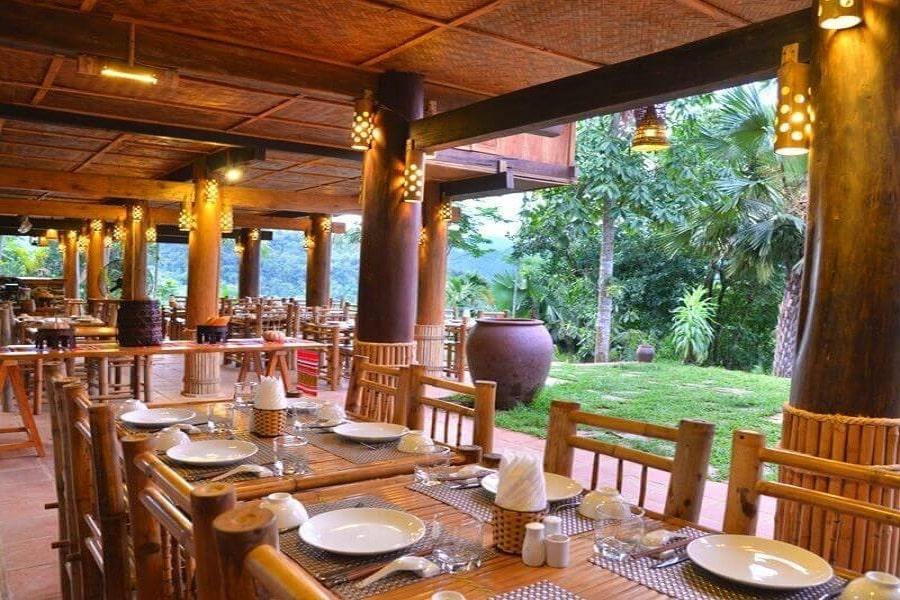 Nhà hàng Cozy sử dụng các vật liệu bằng gỗ, tre tạo cảm giác gần gũi, ấm cúng cho du khách