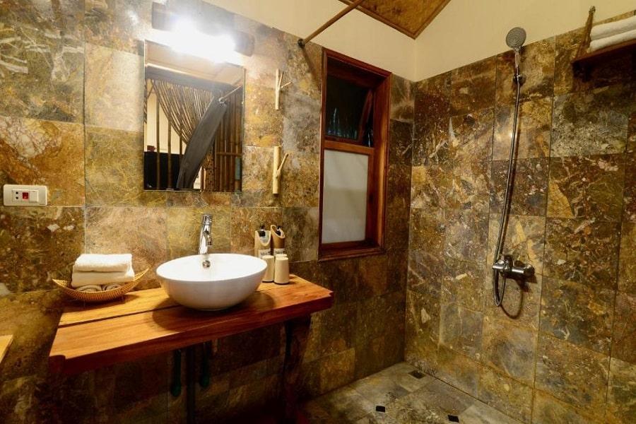 Nhà tắm được lát đá cẩm thạch