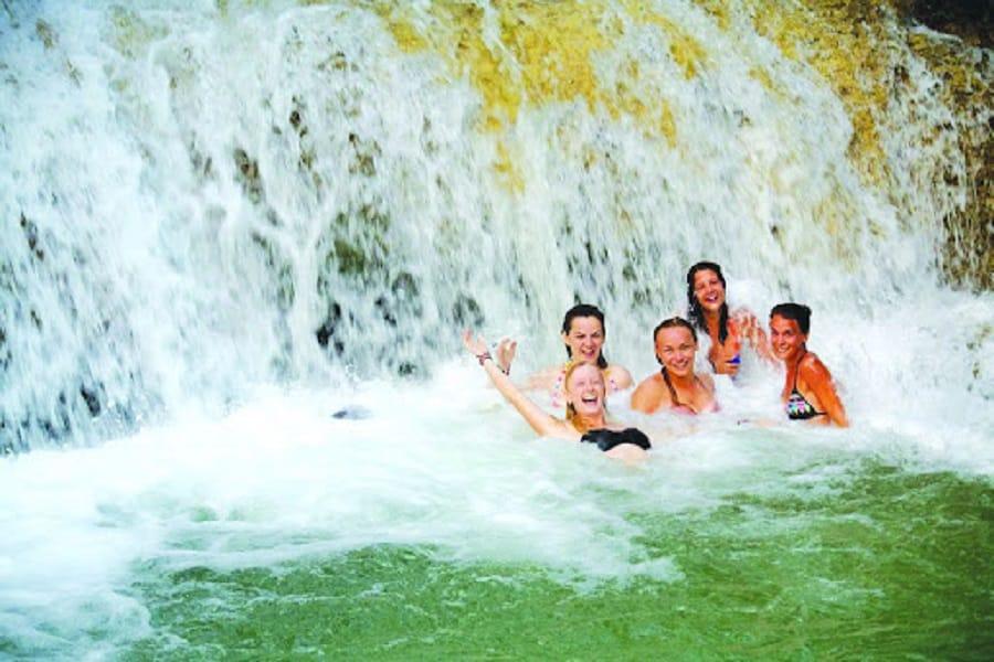 Du khách có thể tự do tắm tại thác bản Hiêu