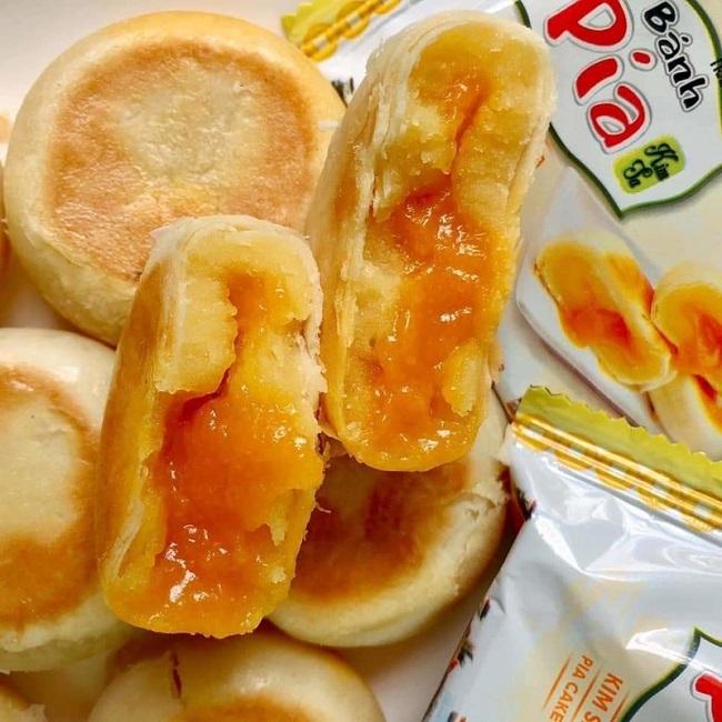 Bánh pía sầu riêng có phần vỏ dai dai với cấu tạo nhiều lớp chồng lên nhau