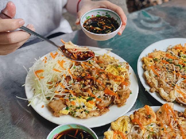 Bột chên ở Sài Gòn thường ăn kèm đồ chua và nước tương được pha chế theo công thức riêng