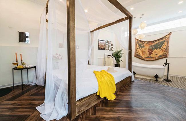 Nội thất phòng được làm từ gỗ cao cấp với 2 tông màu chủ đạo
