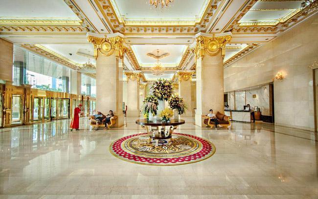 Sảnh khách sạn rộng rãi, thể hiện vẻ đẹp sang trọng