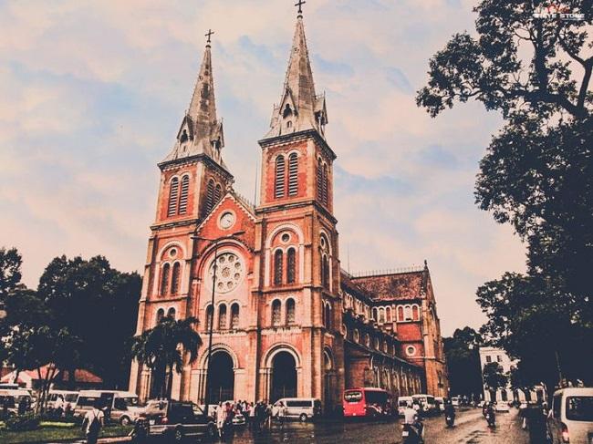 Nhà thờ Đức Bà là địa điểm bạn chắc chắn phải đến một lần khi du lịch Sài Gòn