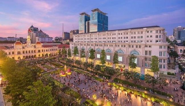 Phố đi bộ Nguyễn Huệ là địa điểm vui chơi nhộn nhịp nhất Sài Gòn vào những dịp lễ hệ hay các ngày cuối tuần