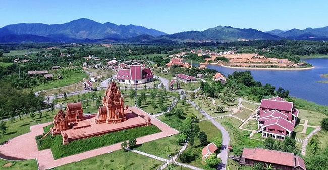 Khuôn viên làng văn hóa các dân tộc Việt Nam