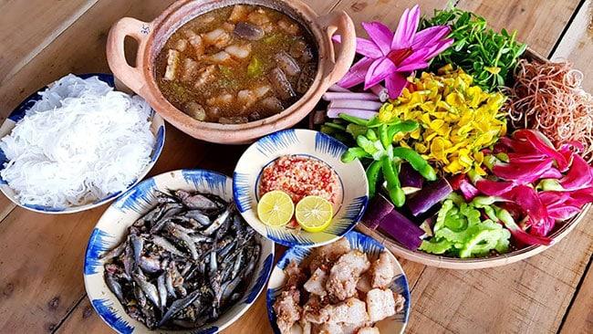 Món lẩu cá linh độc đáo với nhiều loại rau ăn kèm hấp dẫn