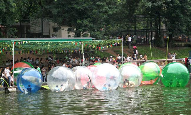 Trò chơi dưới nước là địa điểm hấp dẫn các bạn nhỏ