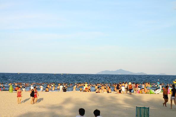 Bãi tắm Nhật Lệ tập trung đông đảo du khách du lịch Quảng Bình mỗi dịp hè